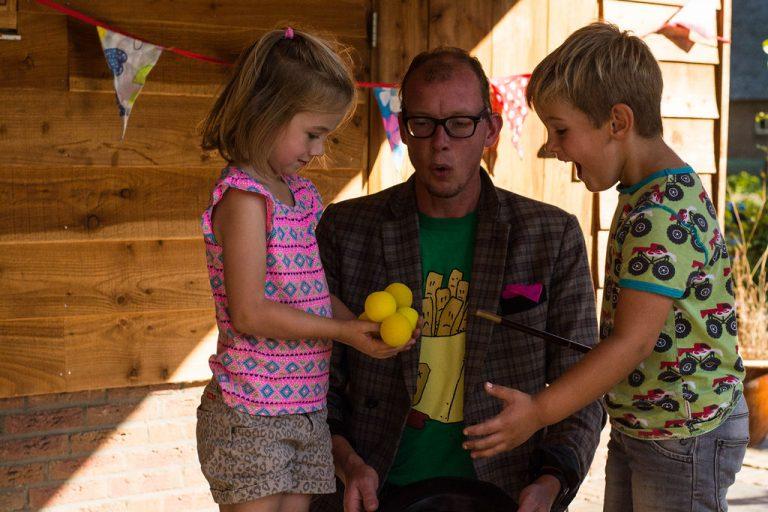 goochelaar gele sponsballetjes